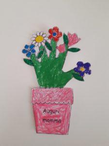 vaso di fiori con mano bambini